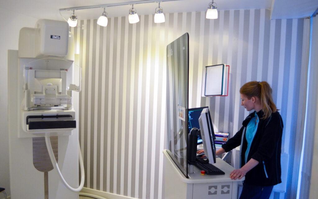 Radiograf der udfører mammografi
